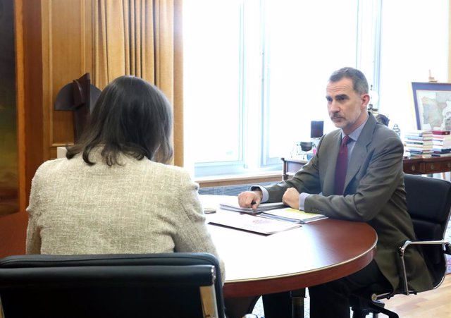 Su Majestad el Rey Felipe VI durante su reunión con la ministra de Industria, Comercio y Turismo, María Reyes Maroto, para analizar la situación generada por la crisis del COVID19, durante la cuarta semana del estado de alarma