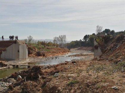 Pontoneros repara un puente sobre el río Francolí (Tarragona) afectado por el temporal de octubre