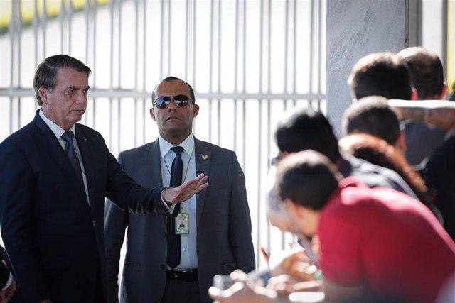El presidente brasileño, Jair Bolsonaro, junto a un guardaespaldas