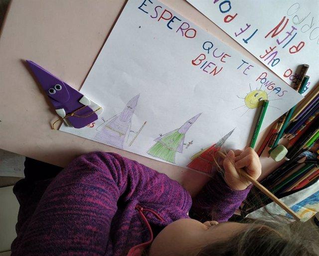 Una niña pinta un dibujo para los menores hospitalizados en el Materno Infantil de Málaga