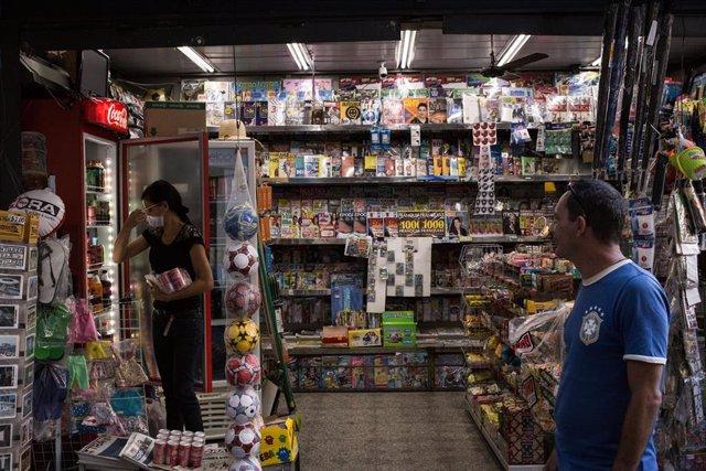 Una empleada de un kiosko en la ciudad brasileña de Rio de Janeiro.