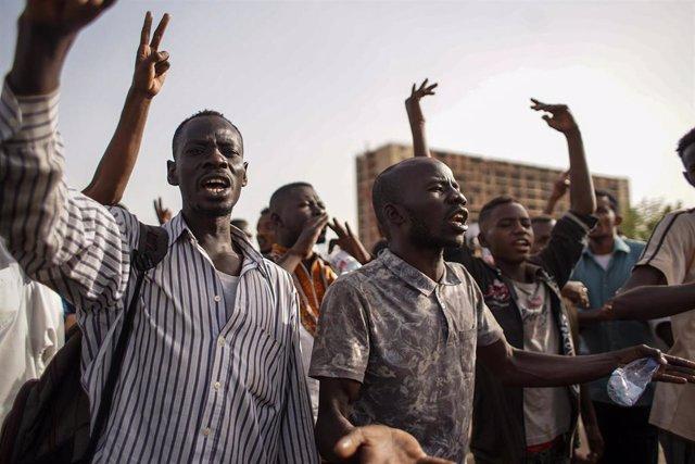 Manifestantes contra Omar al Bashir en Jartum, en abril de 2019.