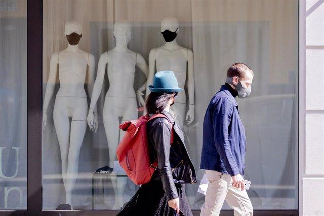 Maniquíes con mascarilla en una tienda de Berlín