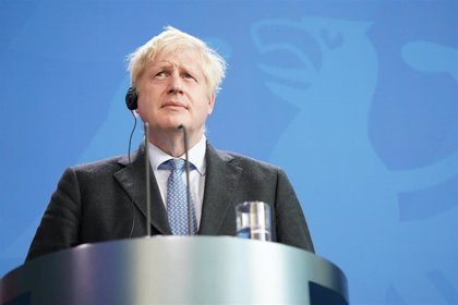 """Boris Johnson se mantiene """"estable"""" tras ser trasladado a la UCI"""
