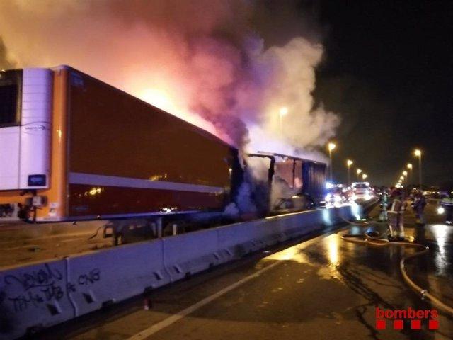 Accident entre dos camions i un cotxe a Cornellà