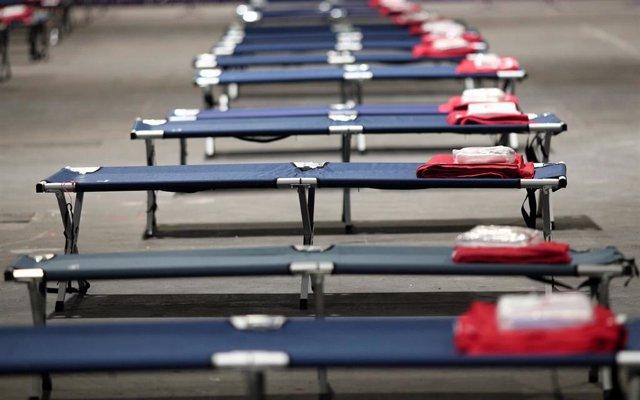 Camas colocadas por la UME en el pabellón 14 de Ifema para que puedan acudir personas sin hogar en plena crisis del coronavirus, en Madrid (España).