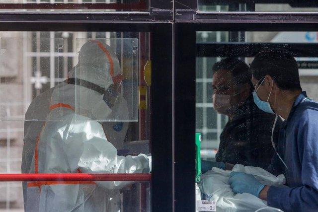 Dos enfermos leves de Covid-19 son trasladados desde el Hospital de La Princesa al hospital de campaña en Ifema