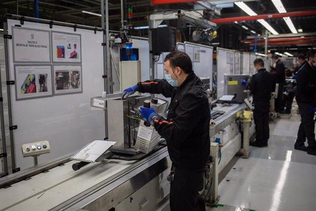 Varios operarios trabajan en la cadena de producción y montaje del proyecto de respiradores de SEAT para los contagiados por coronavirus en las instalaciones de SEAT de Martorell, en Martorell/Barcelona/Catalunya (España) a 7 de abril de 2020.