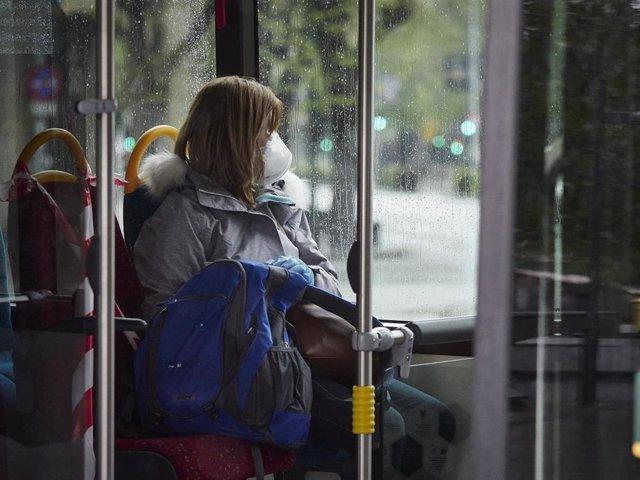 Una mujer con mascarilla en un autobús urbano durante el Martes Santo y la cuarta semana del estado de alarma decretado por el Gobierno por la crisis del coronavirus, en Pamplona/Navarra (España) a 7 de abril de 2020.