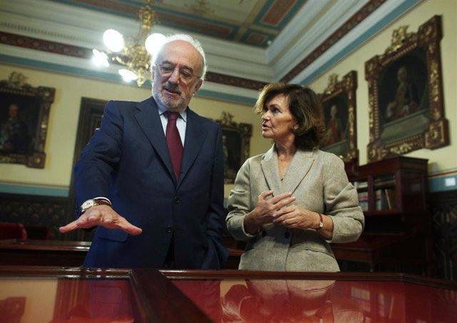 El presidente de la Real Academia de la Lengua Española, Santiago Muñoz Machado, y la vicepresidenta del Gobierno en funciones, Carmen Calvo, durante su visita a la sede de la RAE, en Madrid (España), a 24 de octubre de 2019.
