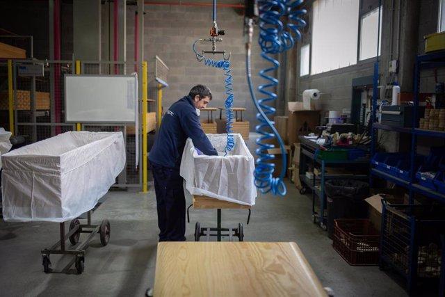Un trabajador de la empresa Eurocoffin, la fábrica de ataúdes de Serveis Funeraris de Barcelona
