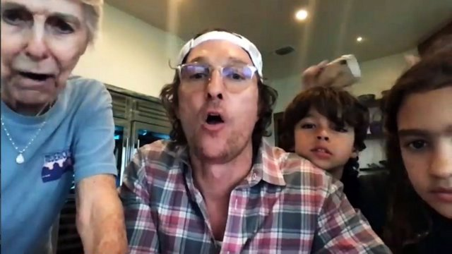 Matthew McConaughey juega al bingo durante la cuarentena