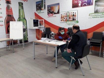 Trabajadores de Heineken se suman al llamamiento del Centro de Transfusión de Sevilla para donar sangre