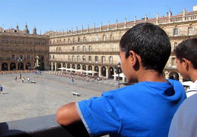 Un niño saharaui, asomado al balcón del Ayuntamiento de Salamanca