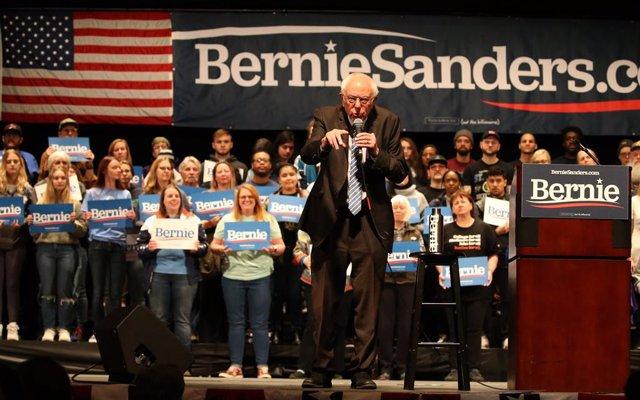 EEUU.- Largas colas para votar en las primarias de Wisconsin a pesar de la pande