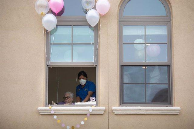Coronavirus.- Los Ángeles ordena a empleados y ciudadanos cubrirse la cara para