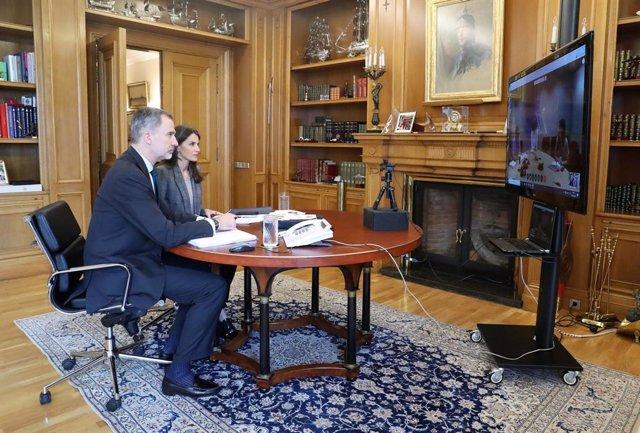 Los Reyes, Letizia y Felipe VI, durante una videoconferencia con responsables de la OMS para tratar la crisis sanitaria del coronavirus. En el Palacio de la Zarzuela, Madrid, (España), a 8 de abril de 2020.