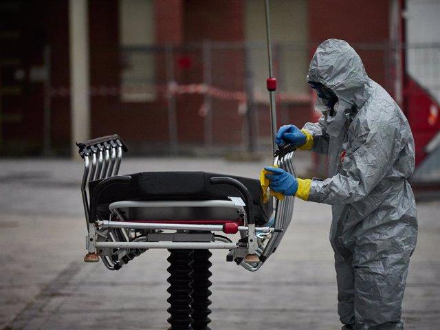 Un bombero desinfecta una camilla duranate el confinamiento por el Estado de Alarma decretado por el Gobierno de España con motivo del coronavirus, COVID-19.
