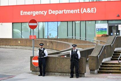 """Boris Johnson está """"estable"""" y """"responde al tratamiento"""", según el Gobierno"""