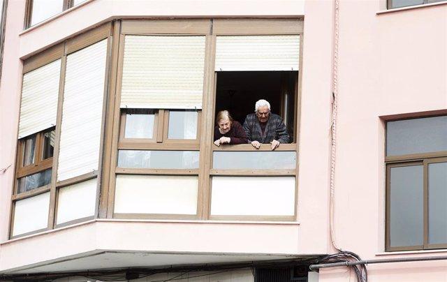 Unos ancianos confinados en sus casa en Santander. Archivo.