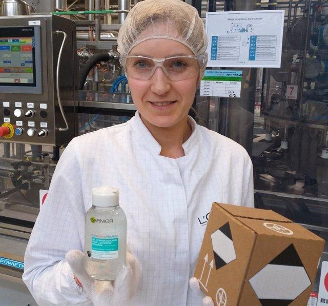 Garnier (L'Oreal) dona gel a trabajadores de supermercados