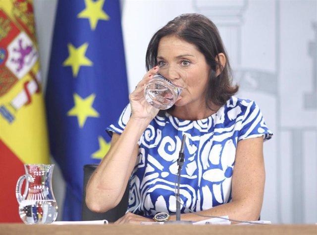 La ministra de Industria, Comercio y Turismo en funciones, Reyes Maroto, bebe agua durante su comparecencia ante los medios de comunicación tras la reunión del Consejo de Ministros en Moncloa.