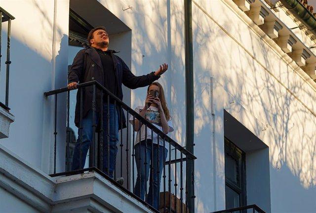 El tenor venezolano afincado en Sevilla Óscar Martos Hidalgo, canta desde el balcón de su casa a todos los vecinos