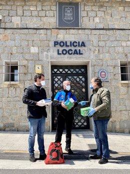Los diputados provinciales donan mascarillas y guantes a la Policía Local de Ávila.