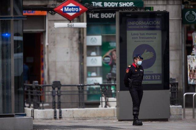 Un Policía Militar de la Guardia Real con mascarilla vigila la Puerta del Sol de la capital durante una Semana Santa atípica en la que prosigue el estado de alarma decretado por el Gobierno para la lucha contra el coronavirus en Madrid. 8 de abril de 2020