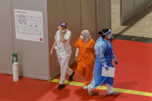 Sanitarias protegidas trabajan en el interior del Hospital temporal de la Comunidad de Madrid habilitado en Ifema