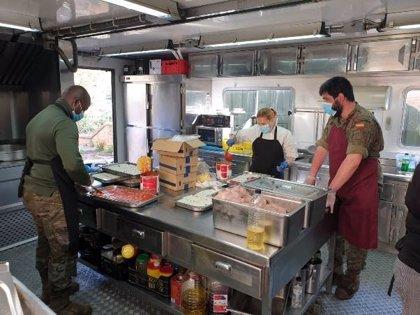 Militares y Cruz Roja dan de comer a 300 personas en el espacio de Fira de Barcelona