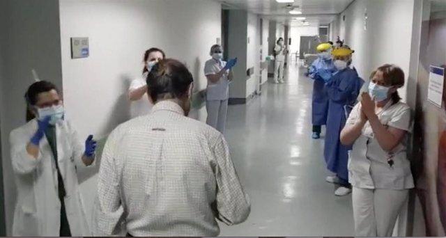 El paciente abandona el hospital entre aplausos del personal sanitario