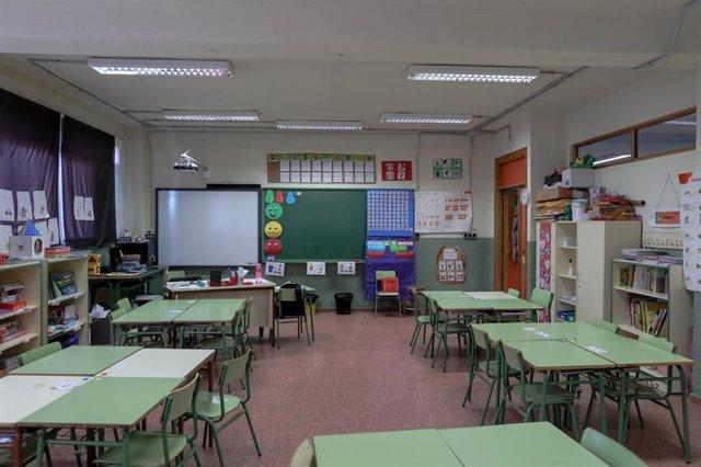 Una de las aulas completamente vacía perteneciente a un colegio de la Comunidad de Madrid