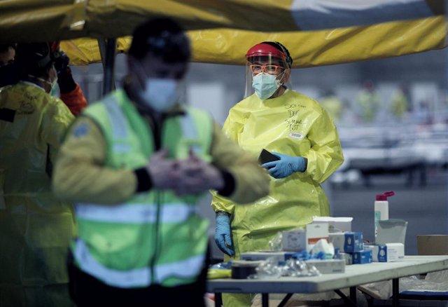 Un sanitario del SUMMA totalmente protegido trabaja en el hospital provisional de Ifema centrado en atender pacientes con coronavirus.