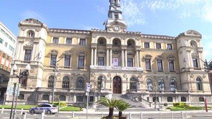La balconada principal del Ayuntamiento de Bilbao luce una gran pancarta con el mensaje 'Ánimo Bilbao aurrera'