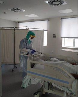 Una profesional sanitaria en el Hospital atiende a un paciente