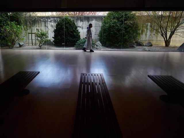 Un sacerdote camina  para velar a las personas fallecidas por las instalaciones del cementerio Municipal de San José en Pamplona (Navarra), donde han fallecido con coronavirus por el momento 151 personas y hay al menos 2.836 contagiados activos, en Pamplo