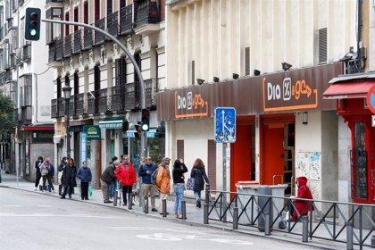 Los españoles llenan sus cestas con harina, tabletas de chocolate, snacks y cervezas durante el confinamiento