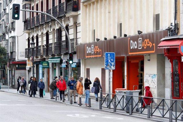 Varias personas esperan en una cola para entrar al supermercado Dia durante el primer día de la cuarta semana de estado de alarma decretado por el Gobierno para combatir el coronavirus, en Madrid (España) a 6 de abril de 2020.