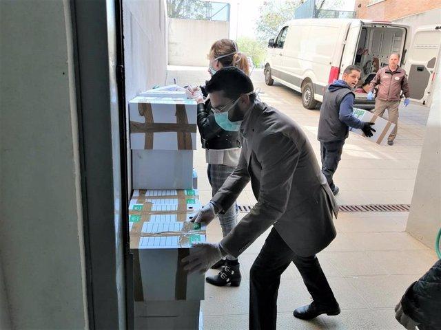 La Junta reparte mascarillas y guantes en una residencia de Córdoba, en una foto de archivo