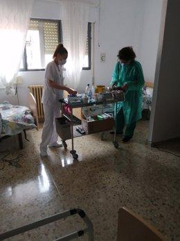 Salud traslada a residentes mayores positivos por coronavirus a un centro acondicionado