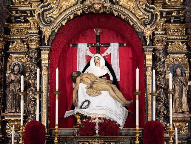 Interior de la  glesia del Baratillo donde sus titulares están en sus altares  debido a la suspensión de la Semana Santa de Sevilla por el estado de alarma del coronavirus COVID-19. Sevilla a 8 de abril del 2020