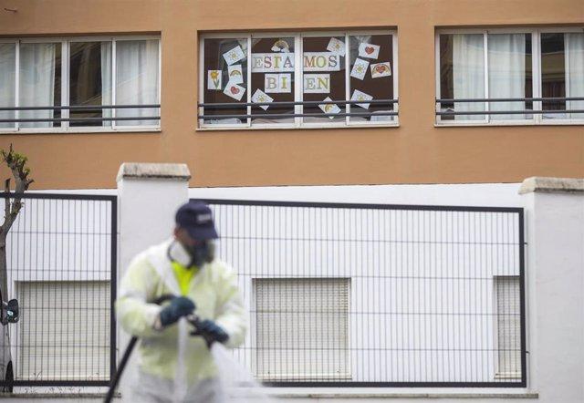 Personal del ayuntamiento desinfecta la zona del centro de personas mayores Joaquín Rosillo de San Juan de Aznalfarache