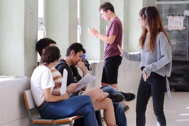Estudiantes durante los exámenes