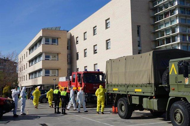 La UME lleva a cabo desinfecciones y limpiezas en una residencia de ancianos de Sant Joan Despí (Barcelona).