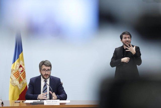 El ministre de Finances i Portaveu, Eric Jover, i l'intèrpret del llenguatge de signes, David Jiménez