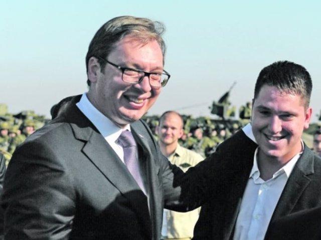 El primer ministro de Serbia, Aleksandar Vucic, y su hijo, Danilo.