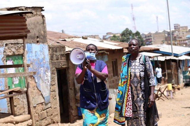 Voluntarios informan sobre el coronavirus en un barrio chabolista de Kenia