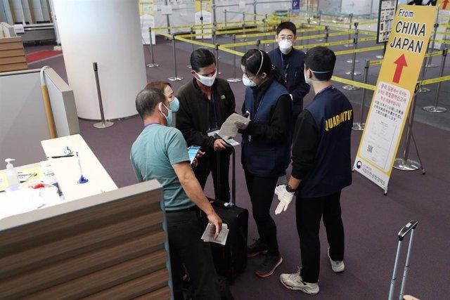 Pasajeros procedentes de Japón se someten a un control de entrada especial en el aeropuerto surcoreano de Incheon, después de que ambos países comenzaran a imponer restricciones de entrada a sus respectivos países a causa del coronavirus.