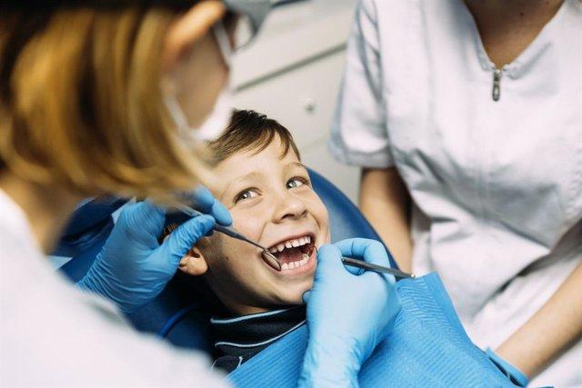 Niño en la consulta del dentista.